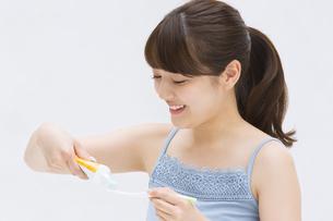 歯ブラシに歯磨き粉を付ける女性 FYI00467185