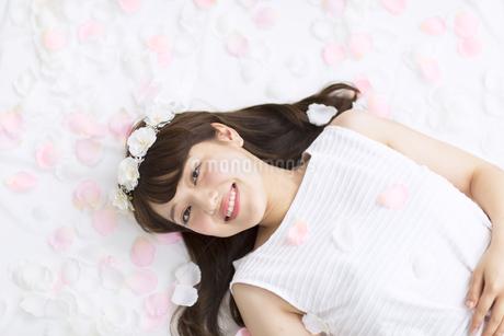 床にまかれた花びらの上に寝転ぶ女性 FYI00467188
