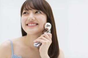顔のマッサージをする女性 FYI00467190