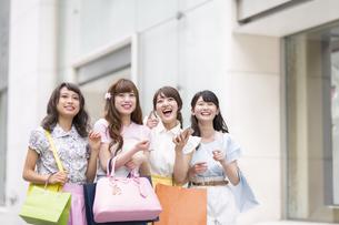 ショッピングを楽しむ女性4人 FYI00467197