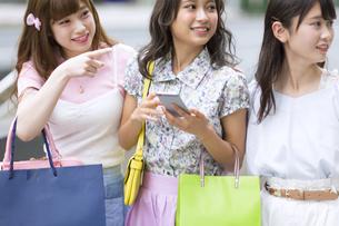 ショッピングを楽しむ女性3人 FYI00467198