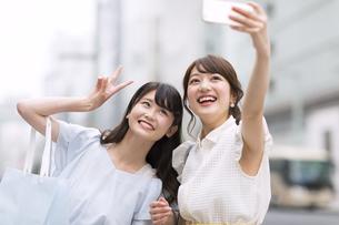 街中で写真を撮る女性2人 FYI00467213