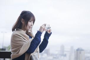 展望台から神戸の景色の写真を撮る女性 FYI00467318
