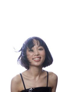 黒のキャミソール姿の笑顔の女性の素材 [FYI00467551]