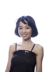 黒のキャミソール姿の笑顔の女性の素材 [FYI00467555]