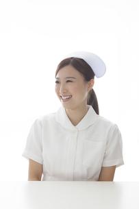 机の前の看護師 FYI00467908