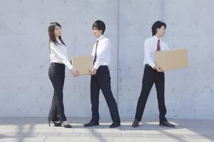 段ボールを運ぶビジネスマンとビジネスウーマン FYI00468816