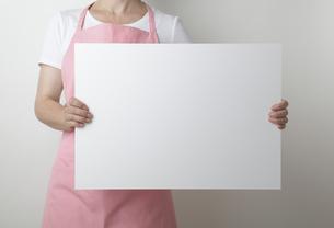ホワイトボードを持ったエプロンをした女性 FYI00469004