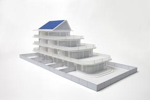 ソーラーパネルがついた白いマンションの模型 FYI00469141