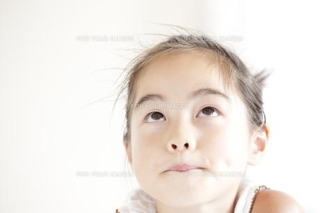 上目づかいの小学生の女の子 FYI00469524