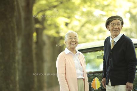 自動車の後ろに立つシニア夫婦 FYI00469643