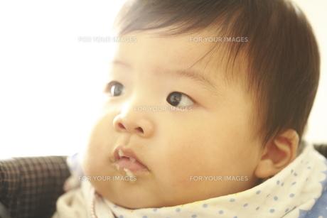 口元にごはん粒がついた赤ちゃん FYI00469649