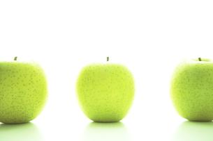 一列に並べられた青リンゴ FYI00469657