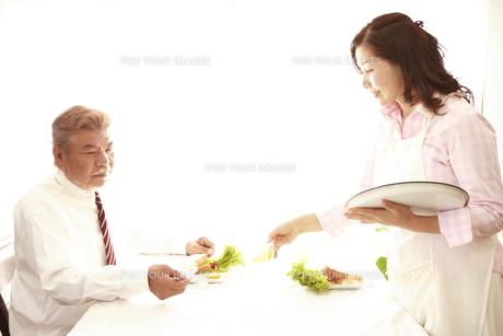 朝食中のシニア夫婦 FYI00469668