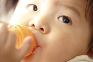 哺乳瓶でジュースを飲む赤ちゃん FYI00469669