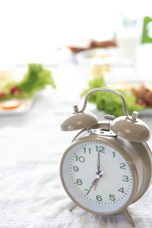 時計と朝食 FYI00469671