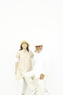 白壁の前のシニア夫婦ポートレイト FYI00469687