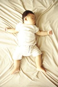 眠る赤ちゃん FYI00469721