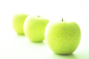 一列に並べられた青リンゴ FYI00469745