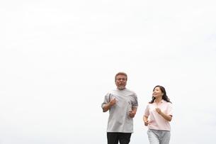 ジョギングを楽しむシニア夫婦 FYI00469752