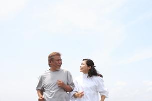 ジョギングを楽しむシニア夫婦 FYI00469763