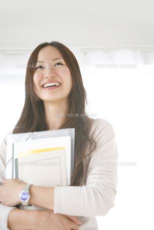 ノートを持つ女子大学生 FYI00470202
