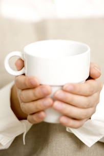 カップを持つ女性の手元 FYI00470240