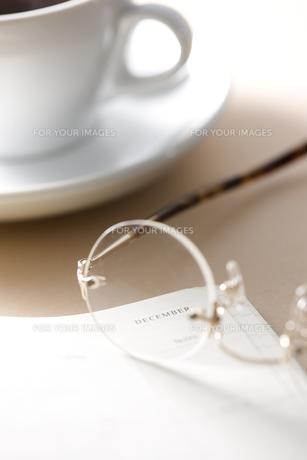 ノートと眼鏡とコーヒー FYI00470245