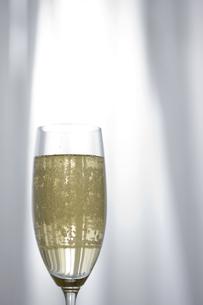 シャンパンが入ったグラス FYI00470253