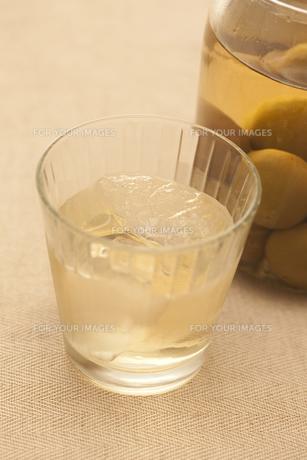 梅酒の瓶とグラス FYI00470280