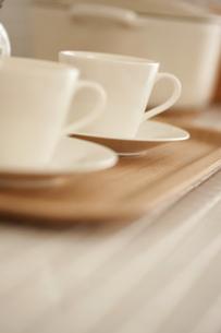 木製のトレイにのったコーヒーカップとソーサー FYI00470295