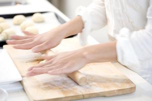 ロールパンを成形する女性の手 FYI00470310