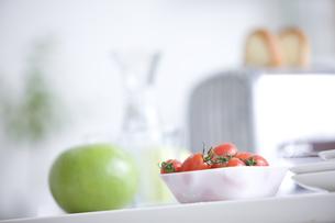テーブルに置かれたトースターとミニトマトと青りんご FYI00470347