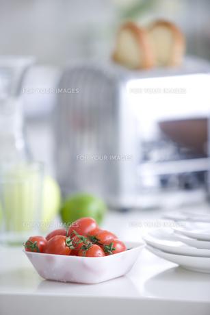 テーブルに置かれたトースターとミニトマト FYI00470350