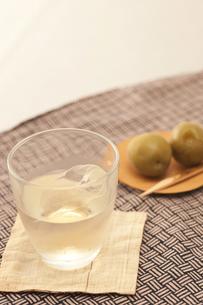 梅の実と梅酒の素材 [FYI00470417]