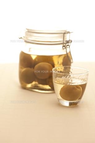 梅酒の瓶とグラス FYI00470430