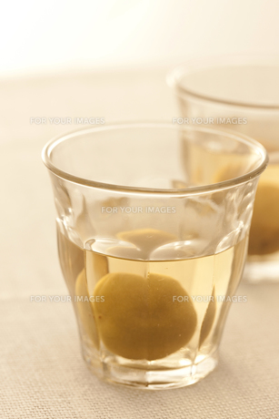 梅酒の瓶とグラス FYI00470432