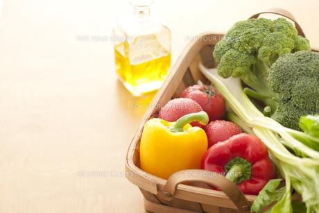 かごに入った野菜 FYI00470443