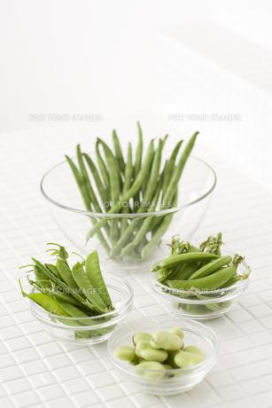 ガラス器に入ったマメ野菜 FYI00470458