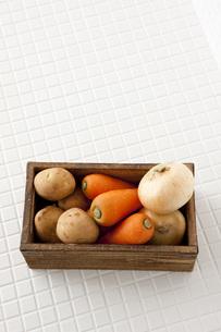 木箱に入った根菜 FYI00470477