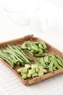 タイルカウンターに置かれた豆野菜 FYI00470484