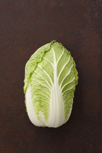 錆びたブリキ板の上の白菜 FYI00470497