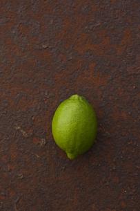 錆びたブリキ板の上のライム FYI00470513