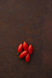 錆びたブリキ板の上のシシリアンルージュ FYI00470518