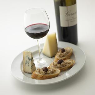 ワイン瓶と皿にのったグラスとチーズ FYI00470552