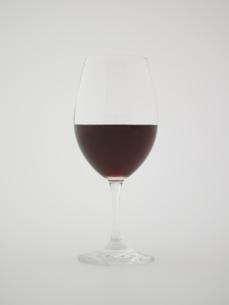 グラスに入った赤ワイン FYI00470666