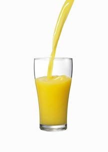 グラスに注がれるオレンジジュース FYI00470718