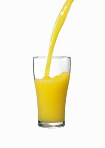 グラスに注がれるオレンジジュース FYI00470730