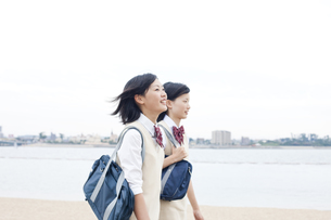 海沿いを歩く女子高校生二人 FYI00471192