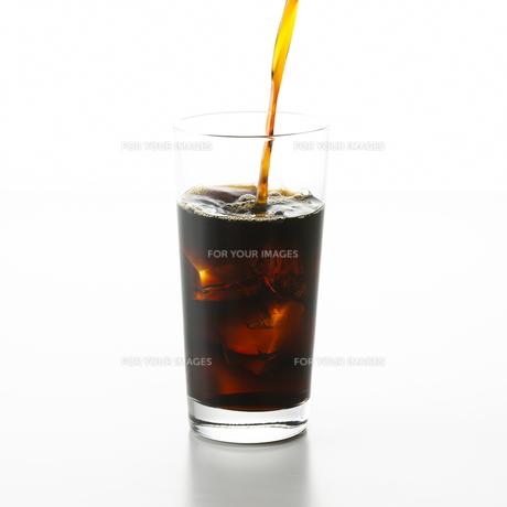 アイスコーヒーを注ぐ FYI00471201